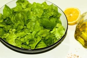 Gesundheit und Lebensenergie erreichen Sie mit viel frischem Salat und Obst